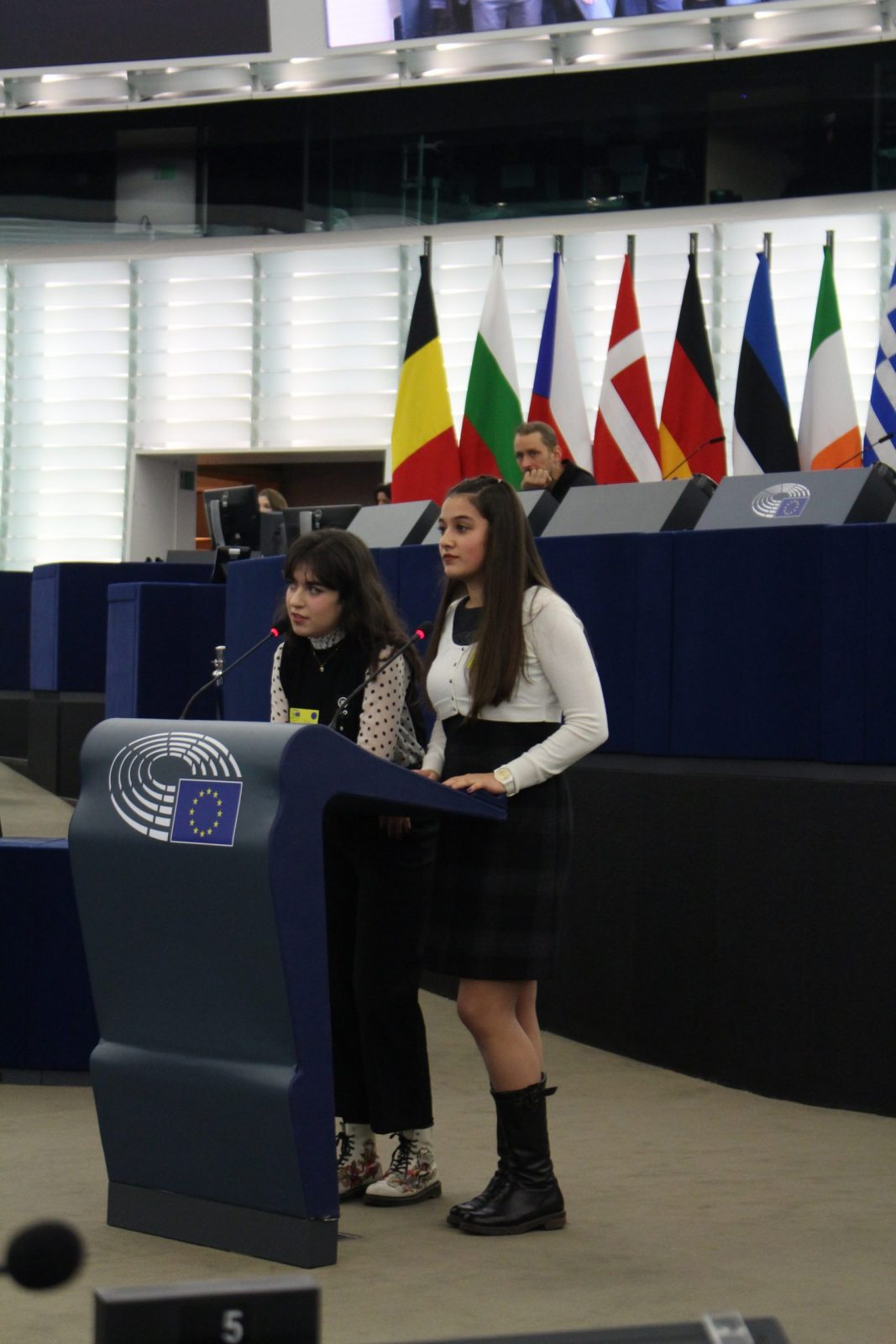 Лора Манолова и Андреа Мазгалева в обръщението си към Младежкия европейски парламент.
