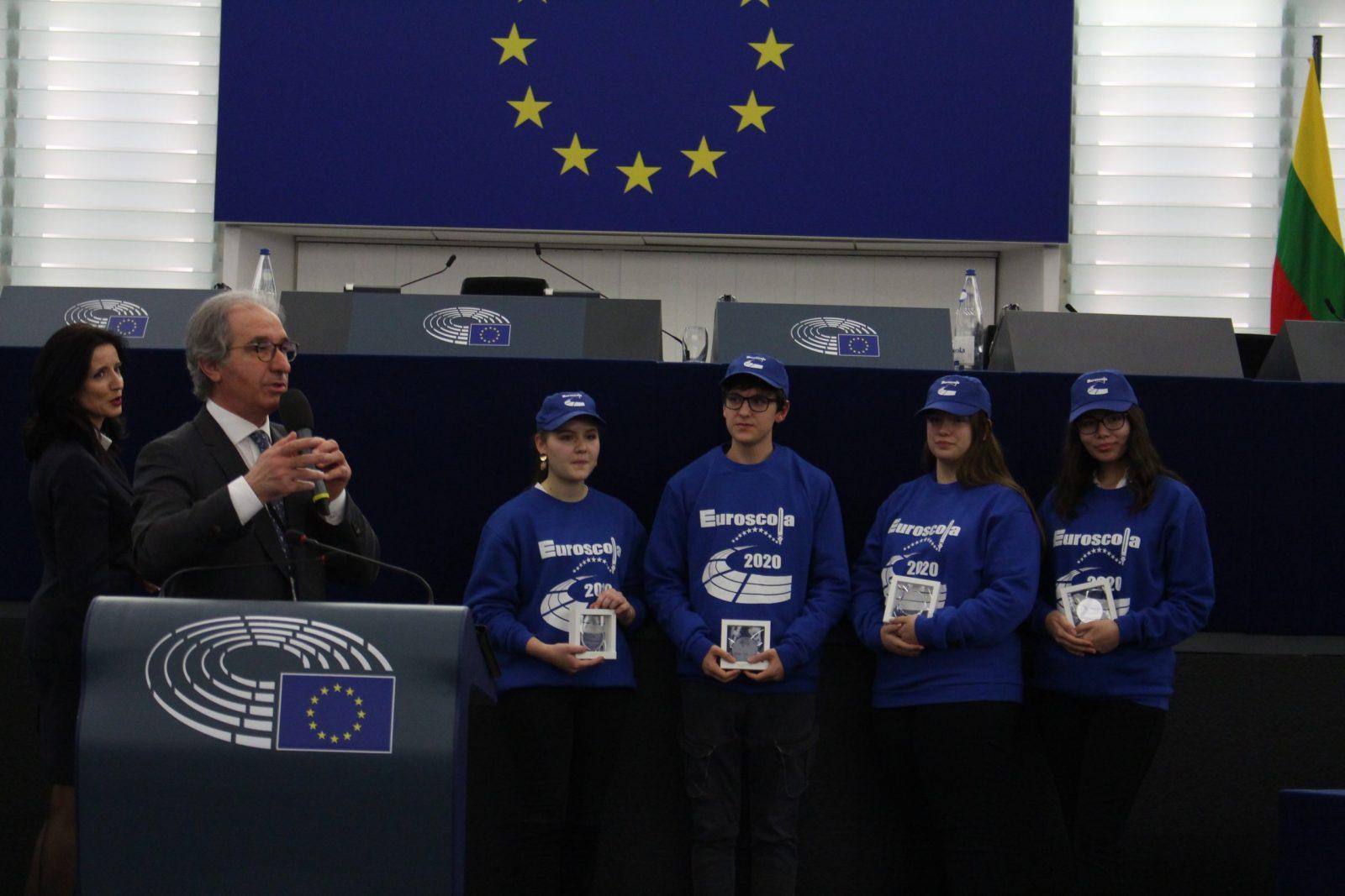 """Коста Арнаудов с наградата от """"Евроигра""""."""